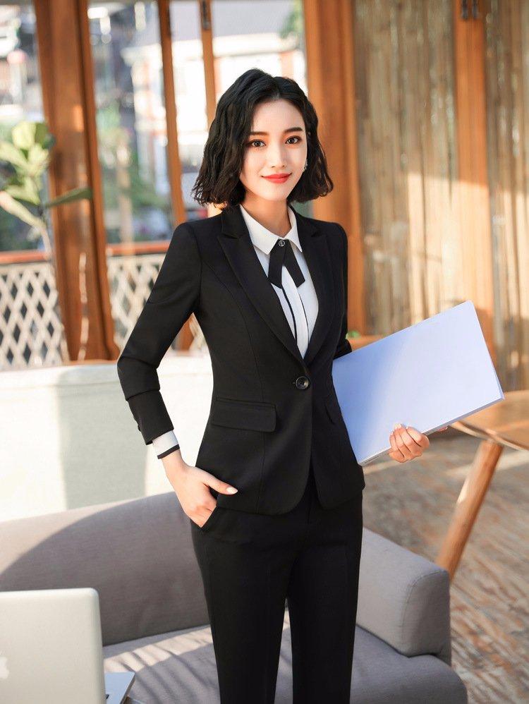 Phong thái sang trọng của một doanh nhân nữ